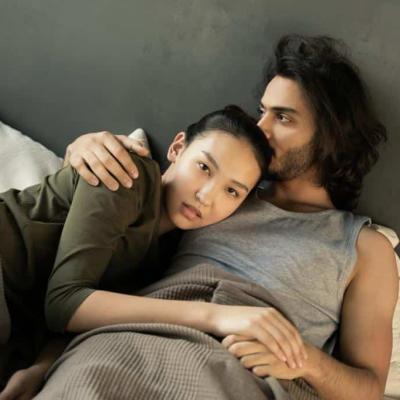 Erektionsprobleme beheben - Paar liegt auf Bett