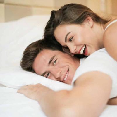 Frau zum Squirten bringen Titelbild - Paar im Bett